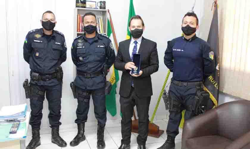 Juiz da comarca de Cacoal recebe Medalha do Mérito Batalhão Capitão Rui Luiz Teixeira concedida pela Polícia Militar