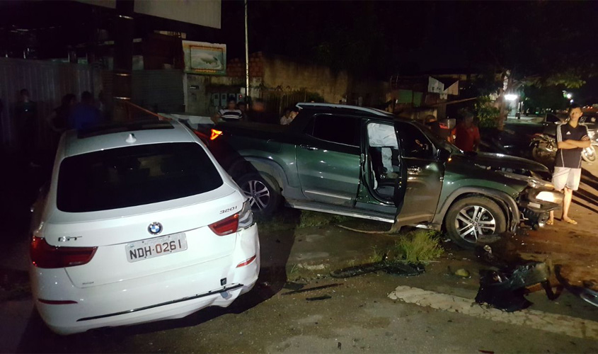 Adolescente pega BMW escondido do pai e causa acidente de trânsito