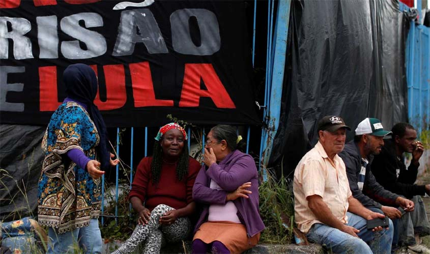 Delegando da Polícia Federal ataca acampamento pró Lula em Curitiba