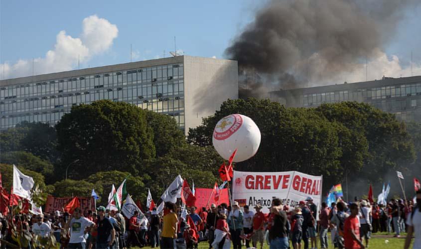 Grupo coloca fogo em frente a Ministério